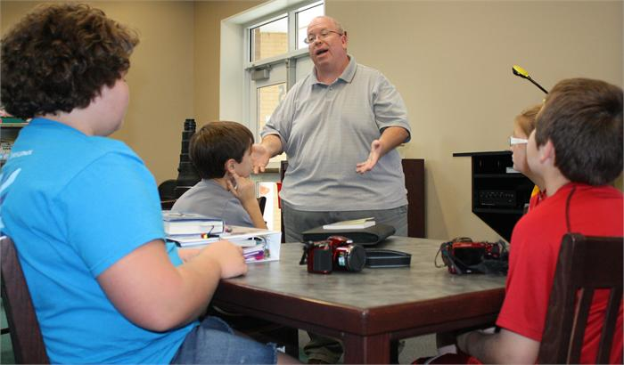 Award-winning photographer Joe Imel works with Bristow students on photography.