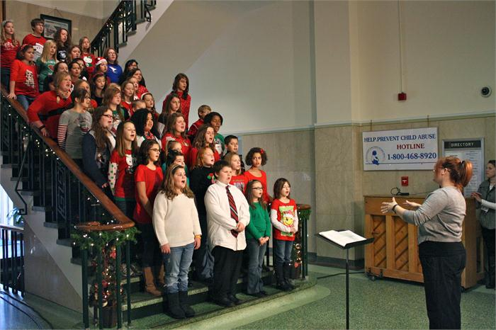 Plano choir performs at Warren County Courthouse